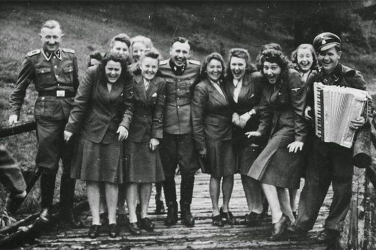 А на этой фотографии мы видим, как обслуживающий персонал крупнейшего нацистского лагеря смерти весело проводит досуг — прямо как обычные люди. На дворе 1942 год.