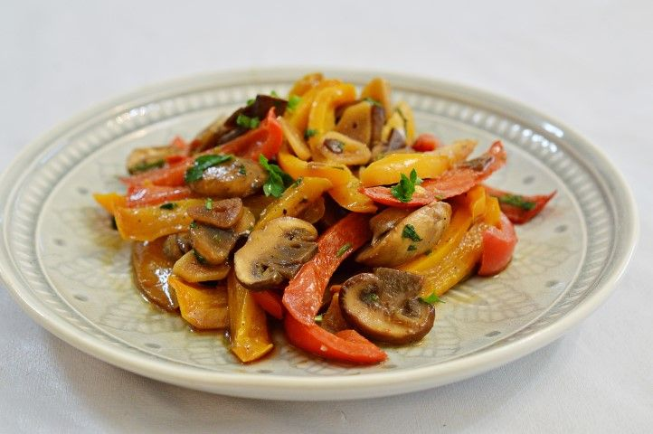מתכון לסלט מבושל של פלפלים צבעוניים ופטריות   מצרכים:  1 פלפל אדום (גמבה) חתוך לרצועות