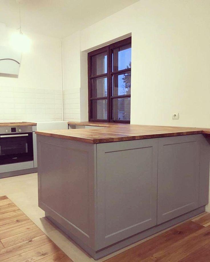Jedna z naszych ostatnich realizacji. Kuchnia nie zawsze musi mieć szafki wiszące żeby pomieścić wszystkie rzeczy. #kuchnia #kitchen #kök #grey #instakitchen #instasize #photooftheday #nowemieszkanie #dom #home #meble #furniture #decor #design #sweethome #likeit