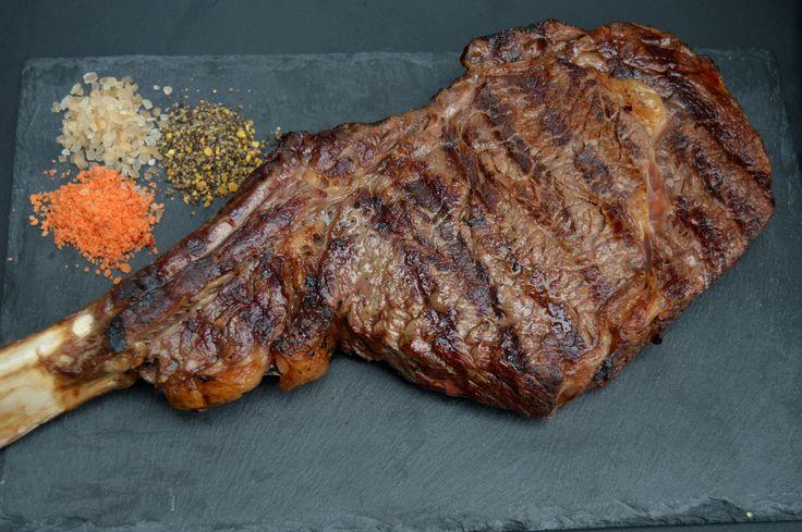Imponerende og helt fantastisk stykke kød: Tomahawk steak. Udskæringen er Ribeye på ben, og den er også kendt under navnet Cote de Beouf.