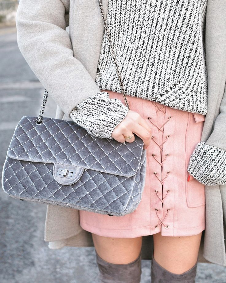 Pull gris, jupe à lacets #laceup #pink #skirt #overthekneeboots #streetstyle #ootd #offtheshoulder #casual #outfit #velvet #bag