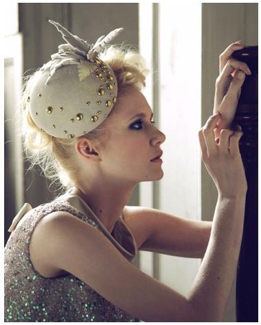 De juiste accessoires voor in het haar worden steeds populairder. Net als dit schattige, vilten hoedje.