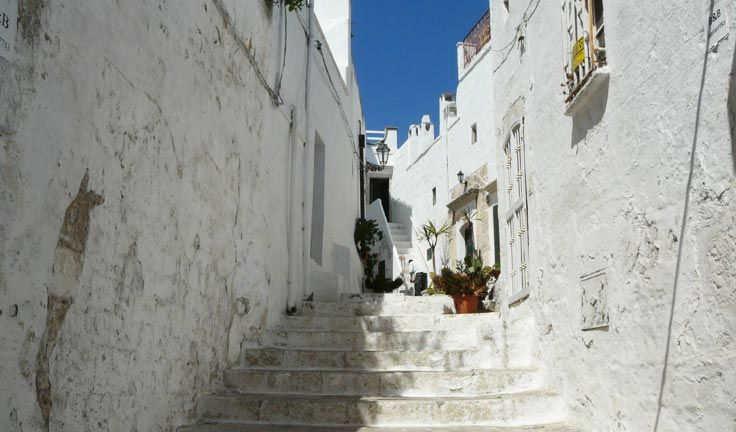 Ostuni is called the White City not by chance: although a characteristic of the Region are indeed the pristine houses in many of its towns, Ostuni is bigger and more visible as it stands on top of a hill.