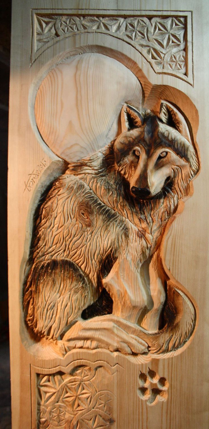 Lobo tallado en madera de pino