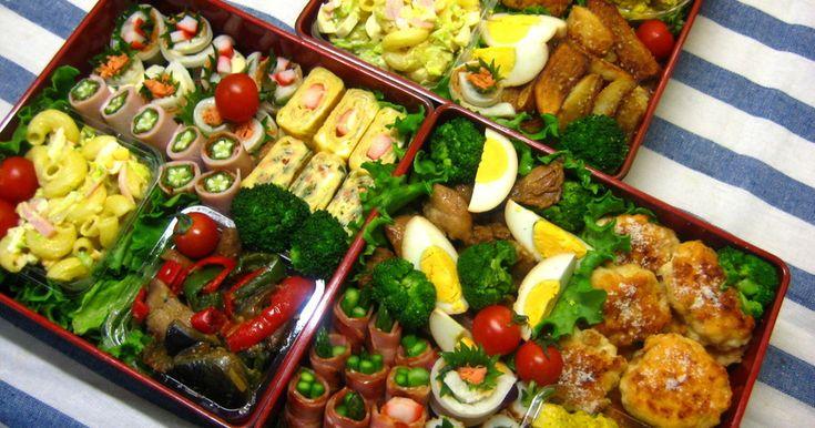 7人分の行楽弁当です♪赤・黄・緑でカラフルなお弁当に☆食べてて飽きないように色々な味のバリエーショを入れました。