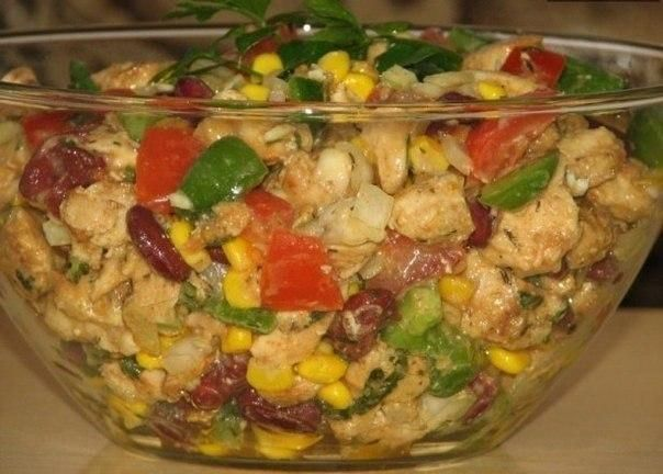 Ингредиенты:- 2 куриных филе- 1 банка консервированной кукурузы- 1 банка консервированной красной фасоли- средний зеленый перец- 2 средних помидора- 1 средняя луковица- петрушка- приправа для курицыДл…