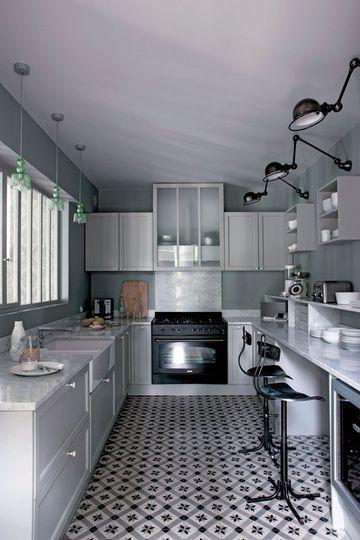 Plan de travail en marbre, et carreaux de ciment donnent une allure minimaliste et chic à la cuisine.