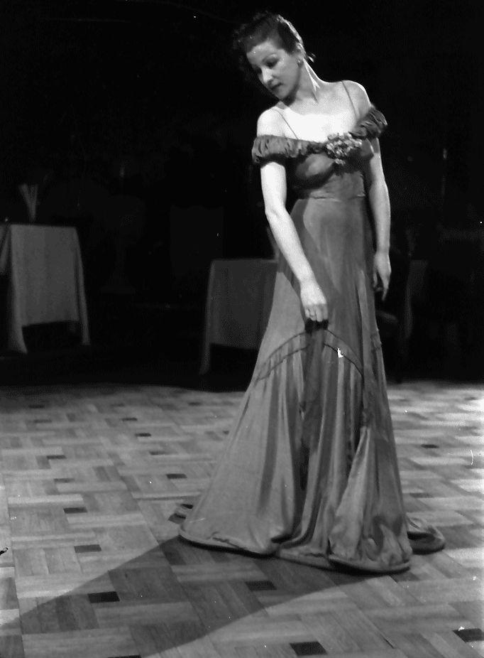 20Bukarest.Colorado.Mady im Abendkleid, mit dekoltierten Schultern.11.1941