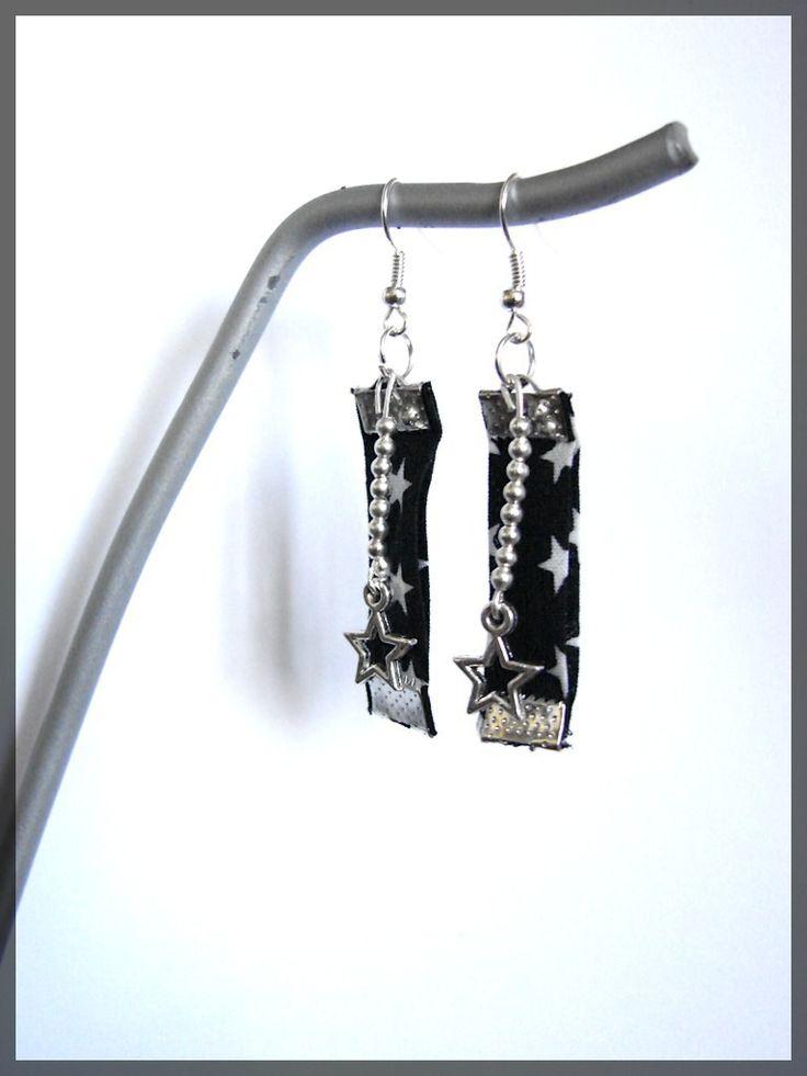 Boucles d'oreilles fantaisie pendantes dormeuses métal argenté en tissu liberty étoiles noir et blanc : Boucles d'oreille par lapetiteboutiquepourlescreatifs