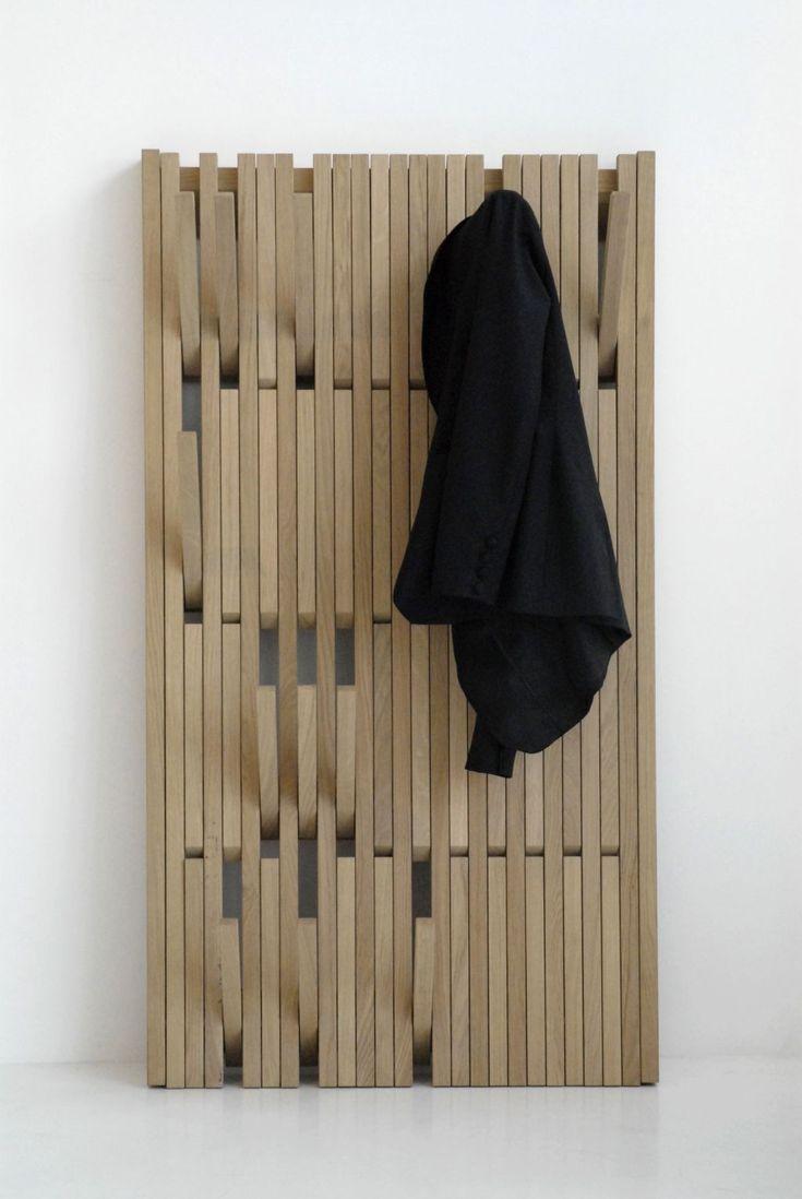 Деревянные настенные вешалки выглядят практично и незамысловато