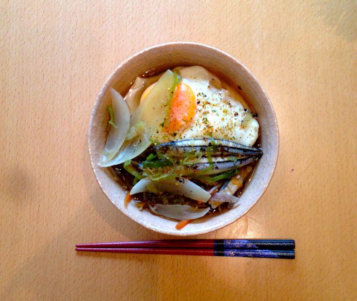 SUKIYAKI inspired Udon noodles. I'm so proud how  japanese food can be so good and well balanced , in one bowl. I used fish instead of beef.   残り物のきんぴらごぼうを使った、 すき焼き風うどん♪  麺の上に金らごぼうをのせたら、 たっぷりのタマネギ、ネギ、お魚を煮詰めただし汁をかけて、卵をオン!  牛の代わりにお魚を使ったことでサッパリ、バランスがとれました♪