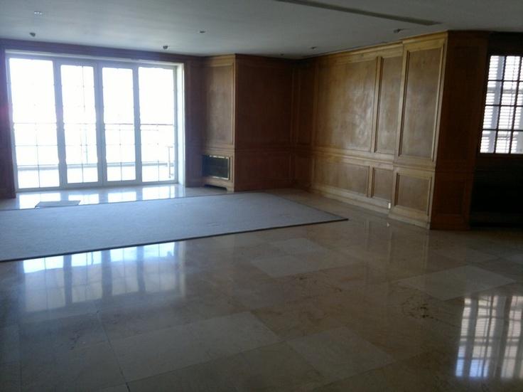 Пентхаус находится целый этаж здания, около 750м2, 50м2 плюс террасы, имеет 3 входа, в гостиной есть 3 различных средах и 2 камина, гостиная с камином каждый день, 2 кухни, одна из них для использования в ближайшие дни будет произведена первая партия, в основном промышленных, кладовая, подсобное помещение огромного, 6 спален, офисов, 6 ванных комнат, все дизайн, терраса, с которой вы видите весь набережной, Мраморный...