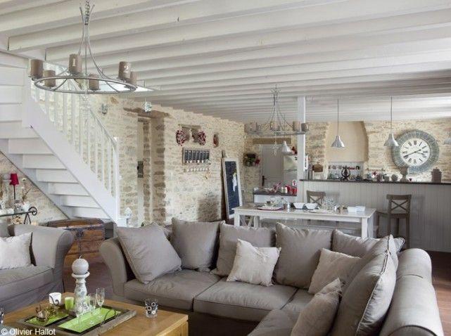 Dans le coin salon, ambiance douce et naturelle, le blanc associé avec du bois blond et du lin brut.