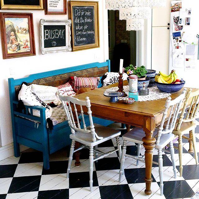 Bunzlau Castle || Collectors #Polishpottery #pottery #tableware #home #bunzlau #BunzlauCastle #Stoneware #Bluekitchen #polishblue #Bunzlauservies #kitchen #textile #coffee #tea #teatime #dinner #blue #Birthday #presents #crysta Lunch hemma hos Bibban i hennes fina hus @livetpaannehem ! #kitchen #kök #ceramic #keramik #blueandwhite #lantligt #bunzlaucastle #bunzlau #svartvitt #golv #table #countryhouse #goldframe #lantkök #vintage #boho