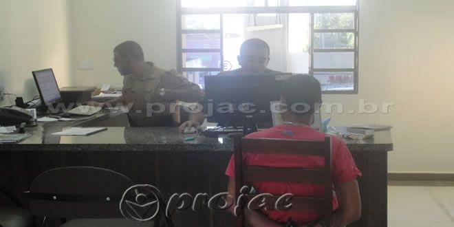Após denúncia anônima, Polícia Militar captura adolescente com crack - http://projac.com.br/noticias/apos-denuncia-anonima-policia-militar-captura-adolescente-crack.html