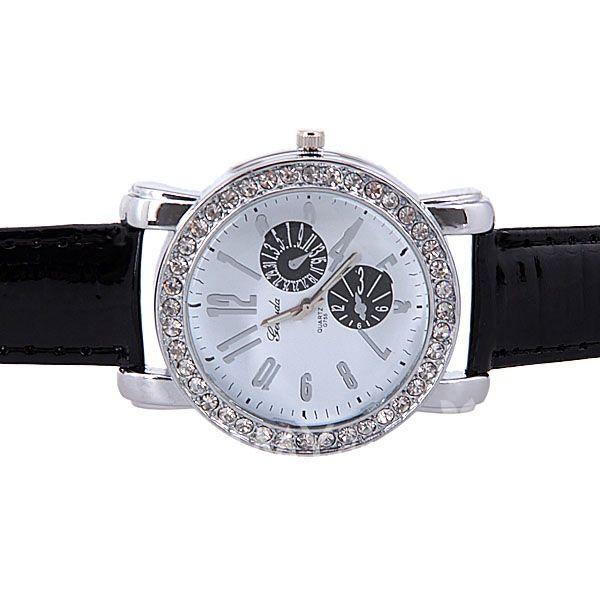 Reloj con detalles de cristales y correas negras.   $6.990