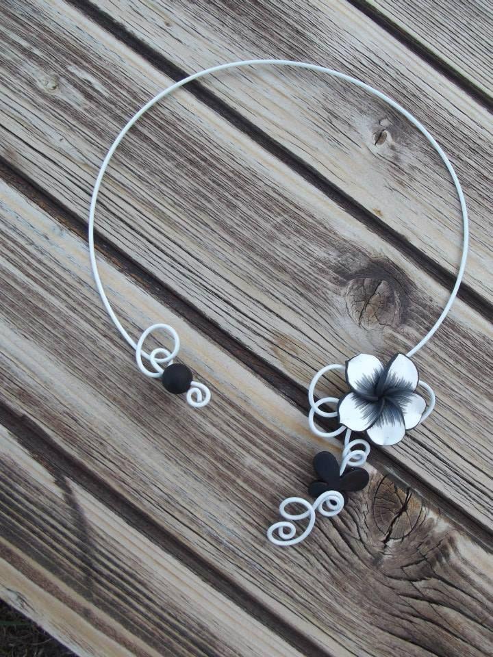 Collier n°060  En fil d'aluminium blanc et ses perles de couleur noir, ainsi qu'une fleur en fimo (pâte polimère) noir et blanche  Retrouvez ce modéle sur ma page facebook : https://www.facebook.com/olivia.creation.5