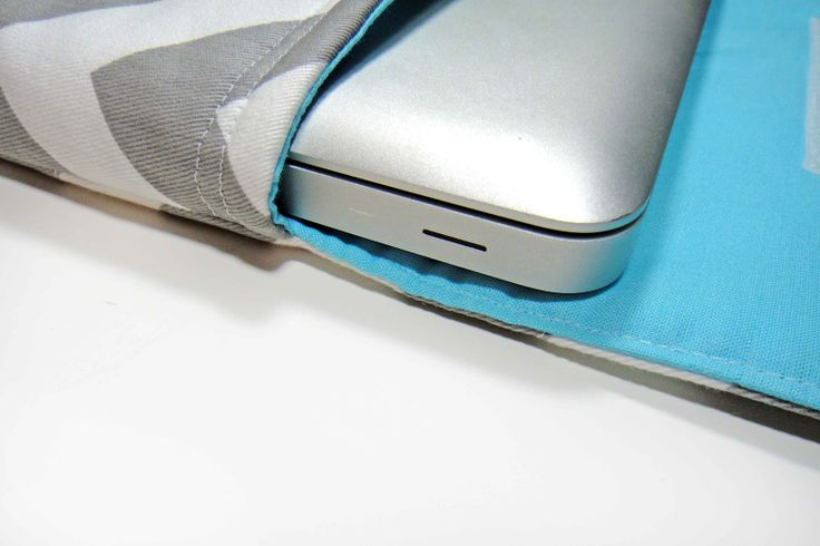 custom laptop sleeve tutorial via the gilded hare. If I had a sewing machine. Anyone want to help a girl out?