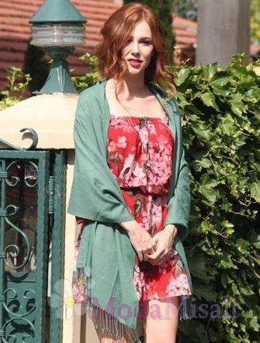 Elçin Sangu'nun 7. bölümde giydiği kırmızı desenli düşük omuz elbisesi ve yeşil şal kombini