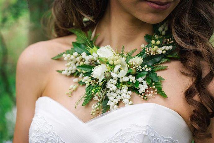 Coliere din flori naturale, proaspăt culese din grădină pentru mirese chic | http://nuntaingradina.ro/mirese-cu-coliere-din-flori-naturale-proaspat-culese-din-gradina/