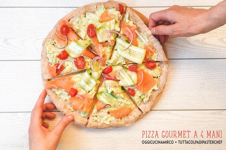 Pizza gourmet a 4 mani Oggi Cucina Mirco La pizza gourmet base integrale con semi di chia farcita con crema di avocado, salmone affumicato, cetrioli e pomodorini è nata dalla collaborazione di... Pizz