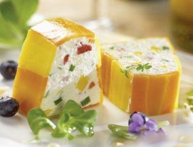 Für die Gemüse-Topfenterrine das Gemüse waschen, putzen und kleinwürfelig schneiden. Schinken fein hacken. Schnittlauch säubern und in…
