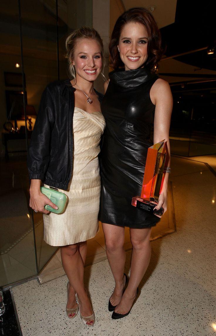 aAfkjfp01fo1i-30876/loc1100/96222_Celebutopia-Kristen_Bell_and_Sophia_Bush-Hollywood_Life26s_5th_annual_Hollywood_Style_Awards-02_122_1100lo.jpg