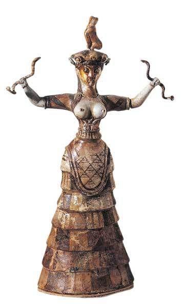"""""""Dea dei Serpenti"""" - II millennio a.C. (civiltà Minoica). Ceramica a tutto tondo. Rappresenta una sacerdotessa, ne sono state ritrovate altre di statuette simili (iconografia: seno scoperto, serpenti nelle mani, vestito a cassetti). Restaurata da Arthur Evans. Conservata al Museo Archeologico, Iraklion"""