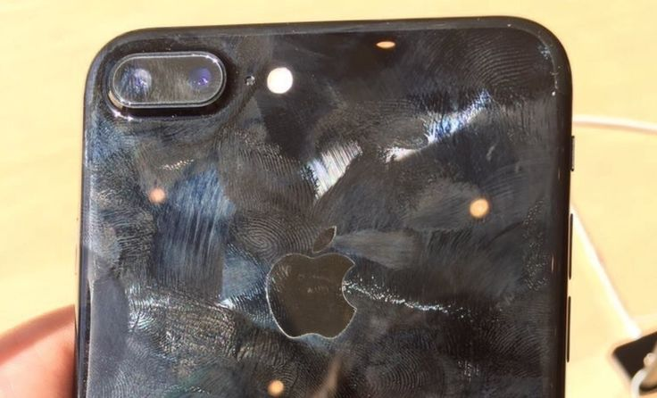 Jet Black iPhone 7: Warum Du eine Hülle für das diamantschwarze iPhone 7 nutzen solltest! - https://apfeleimer.de/2016/09/jet-black-iphone-7-huelle-diamantschwarze-iphone-7 - Apple warnt davor, das diamantschwarze iPhone 7 jet-black ohne Schutzhülle zu verwenden. Die neue hoch-glänzende Farbe Diamantschwarz ist nicht nur anfällig für Kratzer und Mikro-Abrasionen sondern zieht augenscheinlich auch Fingerabdrücke magisch an. So ist das diamantschwarze iPhone 7 sich...