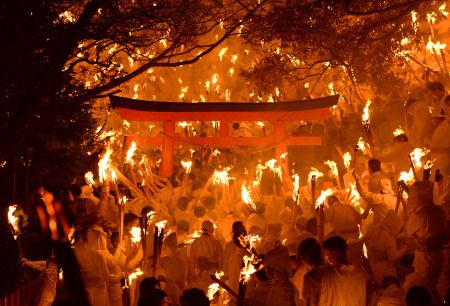 たいまつに火を付ける上がり子たち=和歌山県新宮市の神倉神社で2016年2月6日午 - Yahoo!ニュース(毎日新聞)