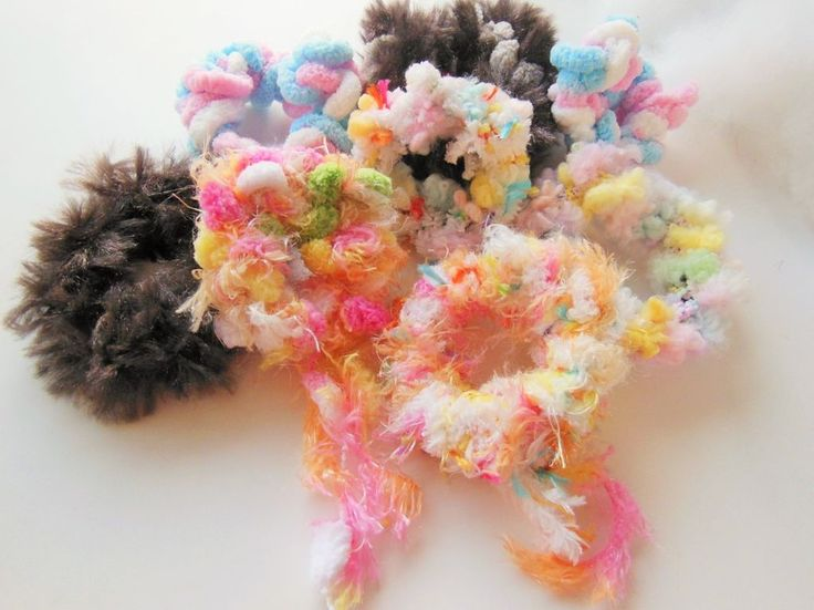 【ハンドメイド無料レシピ】裁縫道具要らず!指編みシュシュの作り方 /シュシュ×お気に入りの毛糸。裁縫道具なし!自分だけのオリジナルシュシュを指で編む毛糸のシュシュを作る方法をご説明しています。危ない工具は使わないのでお子様とも一緒に楽しめる!編み物ができなくても簡単に作れちゃいます!