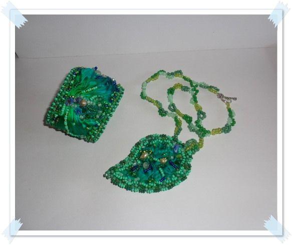 Colier Frunza verde- realizat din matase naturala shibori ribbon si decorat cu perle de cultura,jad,aventurin,peridot si margele de nisip. Bratara realizata de asemenea din matase si decorata cu ...