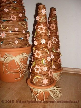 Vánoční stromeček pletený z papíru