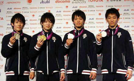 銀メダルを獲得した体操男子団体チーム。左から加藤凌平選手、内村航平選手、田中佑典選手、田中和仁選手