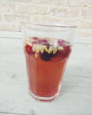 Heerlijke ijsthee gemaakt met onze ginger shot thee. Afgewerkt met passievrucht en rode vruchten!