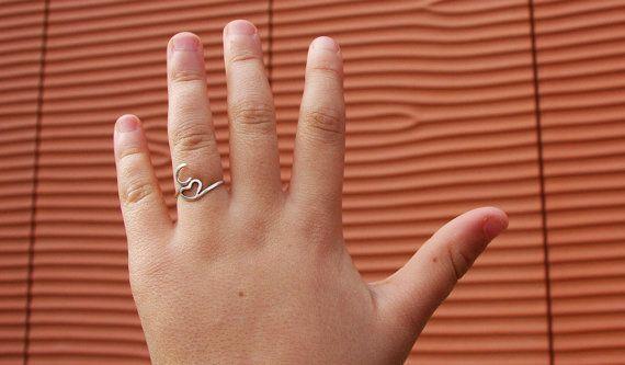 Anello regolabile a mano del cuore e lettera personalizzata su ordinazione - il mio primo anello