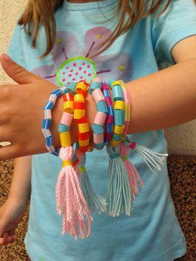 náramky (klobouková gumička, barevná brčka, střapečky)