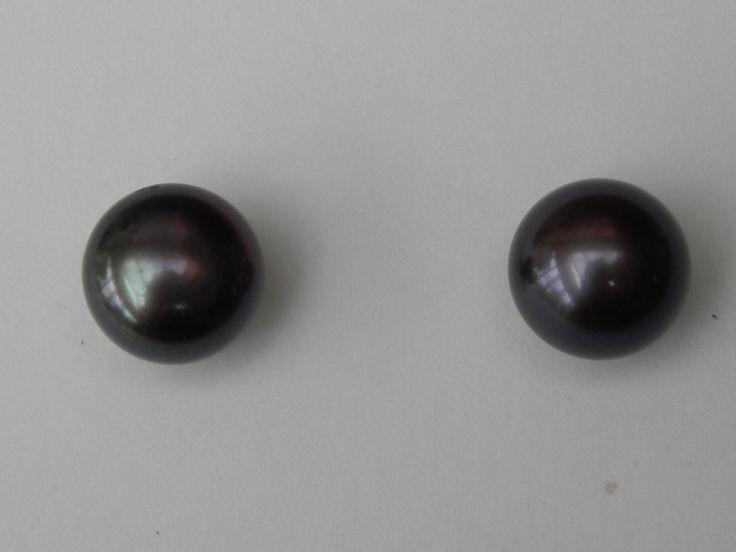 oorbellen 18kt goud met zwarte parels 8.5mm €180 (nr 1569)