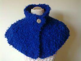 Cover blue wool handmade with a knob to tighten (Capa de lã azul feita à mão a apertar com um botão).  Visit acucena.doce@gmail.com