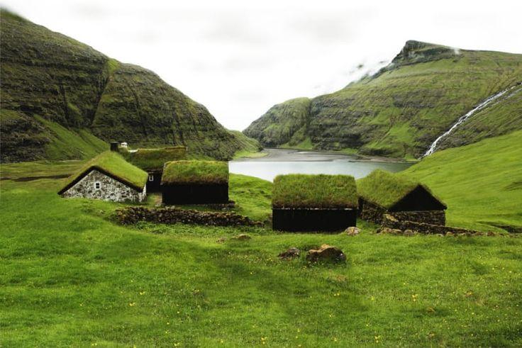 Das dänische Archipel ist ein naturgegebenes, lebendig gewordenes nördliches Wunderland. Bestehend aus 18 winzigen Inseln, ist das Färöergebiet ein abgelegenes und atemberaubendes Naturwunder, aber es ist ausreichend angeschlossen, um hochwertiges Gourmetessen, einzigartige und trendige Mode, und Zutritt zum Scandi-Musikfestival zu bieten.
