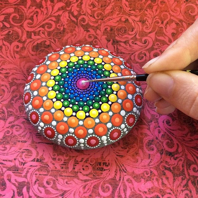 Artist Elspeth McLean transforms ordinary stones into hypnotizing works of art—spectacular mandalas emerge from hypnotic, colorful dots. #art #painting #mandala