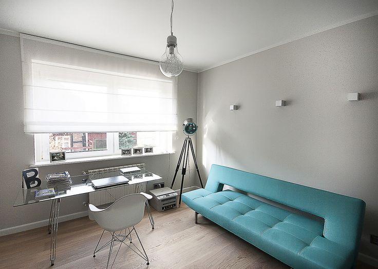 Nowoczesne domowe biuro i gabinet, turkusowa kanapa, styl skandynawski. Zobacz więcej na: https://www.homify.pl/katalogi-inspiracji/29034/jak-urzadzic-biuro-do-pracy-zdalnej-5-przykladow
