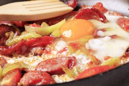 Λουκάνικα με αυγά και πιπεριές Φλωρίνης - Γρήγορες Συνταγές   γαστρονόμος online