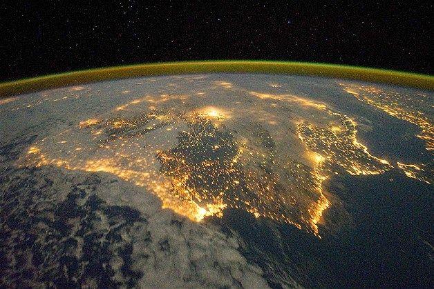 De stadslichten van Spanje en Portugal definiëren het Iberisch Schiereiland in deze foto die genomen werd vanuit het ISS. Afbeelding: Ons zonnestelsel (© NASA/Rex Features)