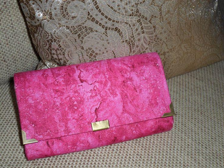 Ručne vyrobená peňaženka Pož.materiál: bavlna, decovil, lepidlo, zips, nite                       mag. zapínanie, ozdobka Údržba: pranie v 30°vode + prac.prostriedok