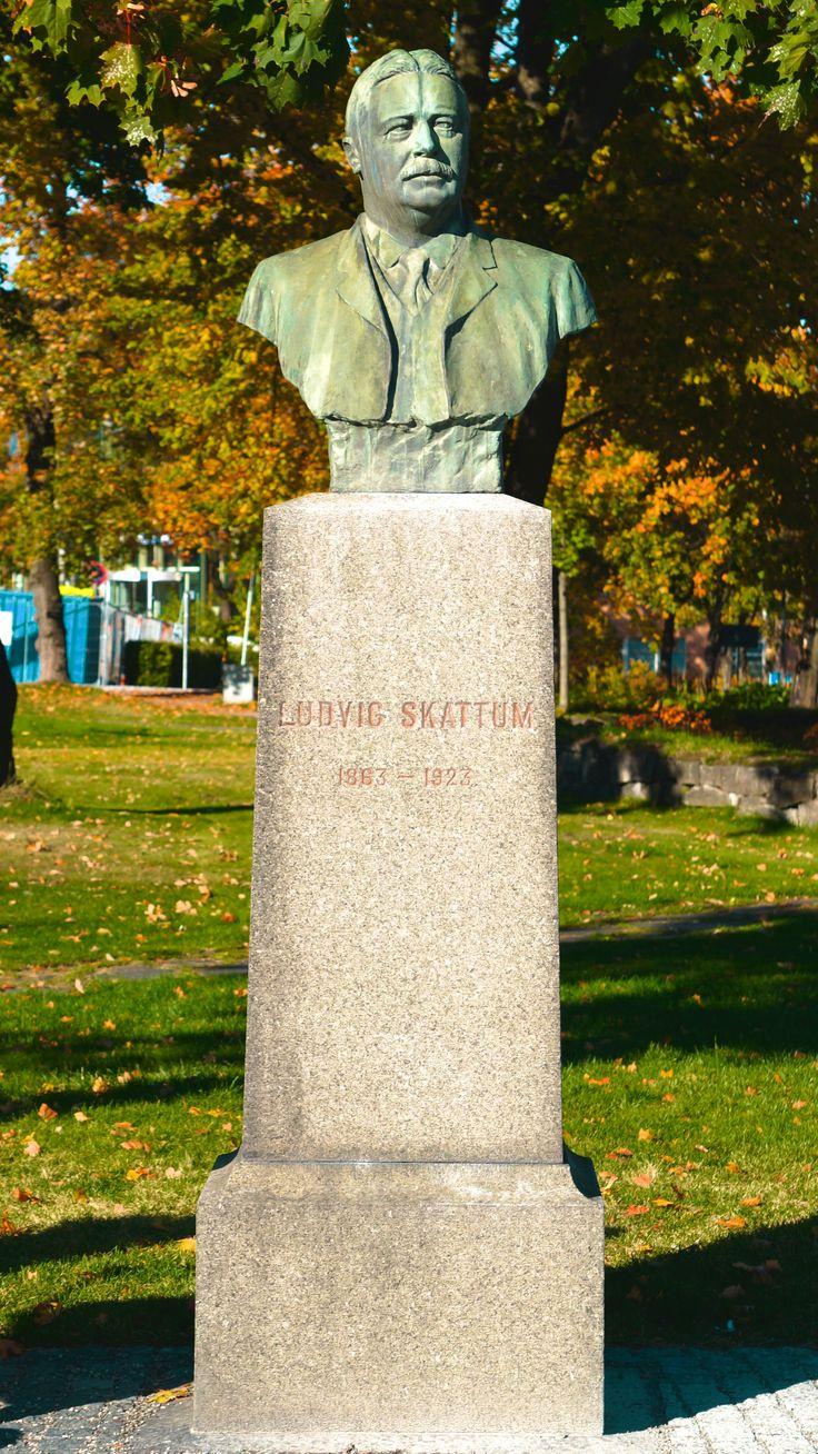 """Ludvig Skattum"" (1925) av Anders Svor (1864-1929) på Jernbanetorget."