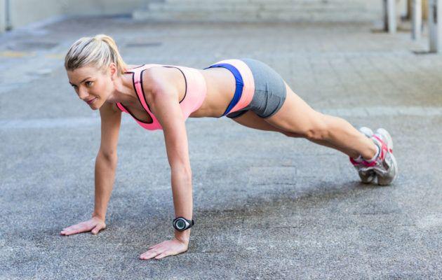 Fitness-urheilija, valmentaja ja bloggaaja Eveliina Tistelgrenin suunnittelemalla kotitreenillä hiki nousee pintaan ja pakarat, reidet ja vatsalihakset pääsevät töihin.