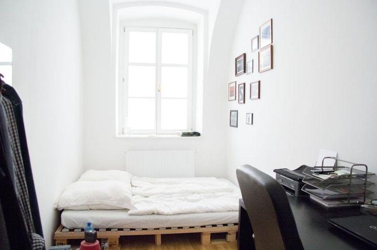 Palettenbett und großes Fenster in Wiener WG-Zimmer.  #Wien #Zwischenmiete #whiteliving #interior #Paletten