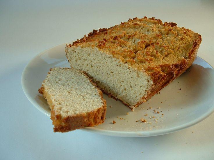 A kiinduló recept Szafi kenyere volt, azt alakítgattam át elég alaposan. Hozzávalók: 150 g tehéntúró 50 g mandulatej 4 tojás 1 tk. só ½ teáskanál...