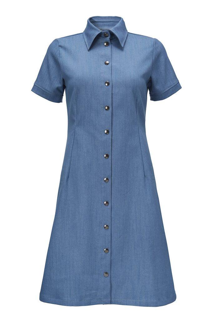 Winnie kjole i fin lys denim. En meget enkel model, der er nem at dresse op og ned.